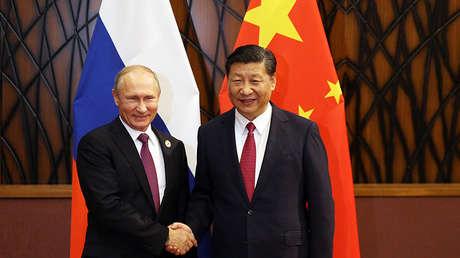 Vladímir Putin y Xi Jinping se dan la mano durante la cumbre de la APEC en Danang, Vietnam, el 10 de noviembre de 2017