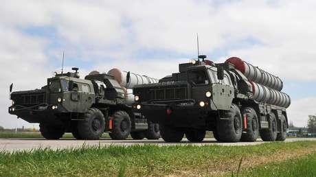 Los sistemas de misiles antiaéreos S-400 durante un ensayo del Desfile de la Victoria en la ciudad Rostov del Don, el 20 de abril de 2017