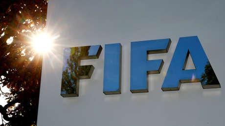 El logotipo de la FIFA se ve frente a su sede en Zurich, Suiza, 26 de septiembre de 2017