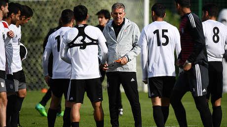El entrenador de Irán, Carlos Queiroz, con algunos jugadores de su seleccionado.