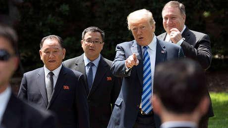 El exjefe de inteligencia militar norcoreana, Kim Yong-chol, el presidente de EE.UU., Donald Trump, y el secretario de Estado, Mike Pompeo, caminan frente a la Oficina Oval en Washington, 1 de junio de 2018