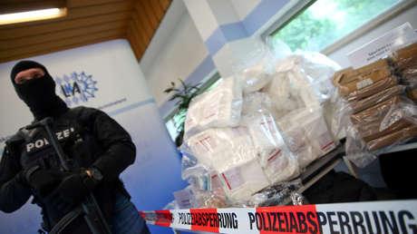 Miembros de la policía criminal de Baviera presentan varios cientos de kilogramos de cocaína en Múnich, Alemania, el 16 de mayo de 2018.