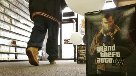 """Un cliente sale de una tienda en Chicago el martes 29 de abril de 2008, después de comprar una copia de """"Grand Theft Auto IV""""."""