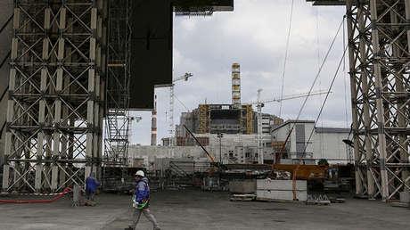 Vista de la construcción de una nueva estructura de confinamiento en el sitio del desastre nuclear de Chernóbil, Ucrania.