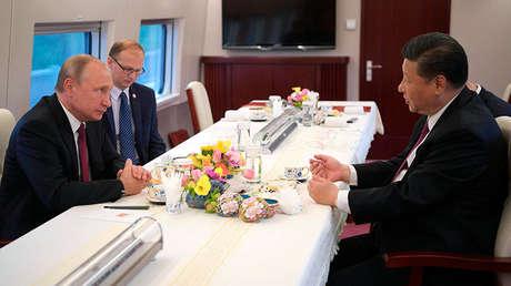 Vladímir Putin y Xi Jinping a bordo del tren bala Fuxing en China, el 8 de junio de 2018.