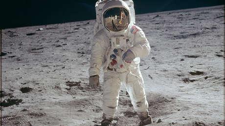 El astronauta Edwin E. Aldrin Jr. camina por la superficie de la Luna durante la misión Apollo 11, el 20 de julio de 1969.