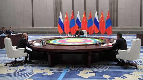 Vladímir Putin, Xi Jinping y el presidente de Mongolia, Khaltmaagiin Battulga, en una reunión durante la cumbre de la OCS. Qingdao, China, 9 de junio de 2018.