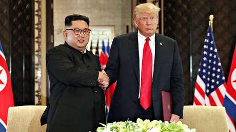 El presidente de EE.UU., Donald Trump, y el líder norcoreano, Kim Jong-un, se estrechan la mano en Singapur, el 12 de junio de 2018.