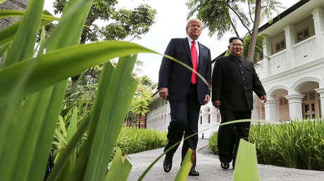 El presidente de EE.UU., Donald Trump, y el líder norcoreano, Kim Jong-un, caminan juntos durante su cumbre en Singapur, el 12 de junio de 2018.