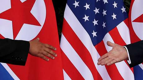 El presidente de EE.UU., Donald Trump, y el líder norcoreano, Kim Jong-un, se estrechan la mano en la cumbre en Singapur.