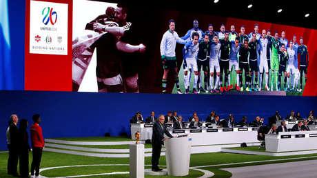 Los delegados observan la presentación de la candidatura conjunta de Estados Unidos, Canadá y México para organizar la Copa Mundial de la FIFA 2026 durante el 68º Congreso de la FIFA en Moscú, Rusia, el 13 de junio de 2018.