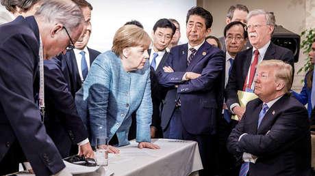 La canciller de Alemania, Angela Merkel, habla con el presidente de EE.UU., Donald Trump, en la reunión del G7, Quebec, Canadá, 9 de junio de 2018.