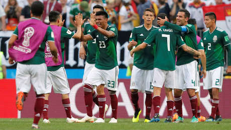 Jugadores mexicanos celebrando la victoria ante el equipo alemán,  en el estadio Luzhniki, Moscú, el 17 de junio de 2018.