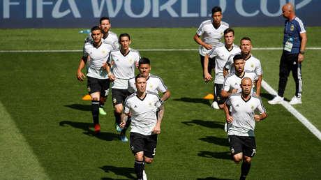 Jugadores argentinos haciendo el precalentamiento antes del debut con Islandia en Rusia 2018.