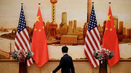 Banderas estadounidenses y chinas colocadas en el Gran Salón del Pueblo en Pekín, China, el 14 de junio de 2018.