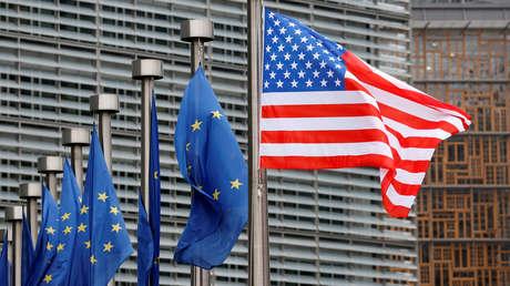 Las banderas de la Unión Europea y EE.UU.