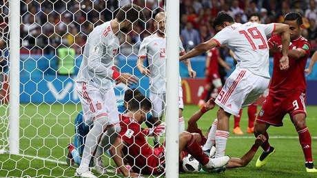Diego Costa y Gerard Piqué luchan en la línea de gol contra el iraní Saeid Ezatolahi, el 20 de junio de 2018 en el Kazan Arena.