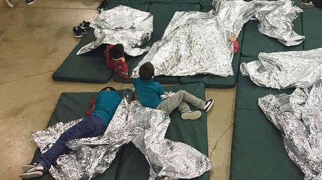 Indocumentados detenidos descansan en una de las jaulas de una instalación en McAllen, Texas, el 17 de junio de 2018.