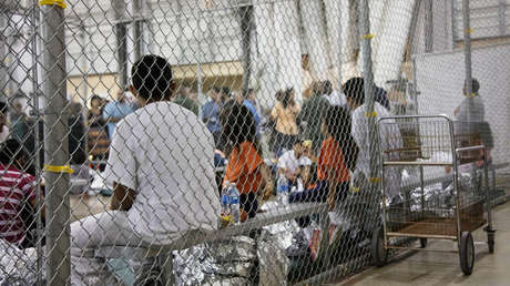 Migrantes, entre ellos varios niños, en el centro de detención de McAllen, Texas. 17 de junio de 2018.