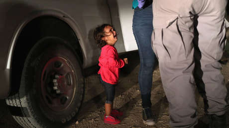 Una niña hondureña llora mientras registran a su madre en la frontera de EE.UU. 12 de Junio de 2018