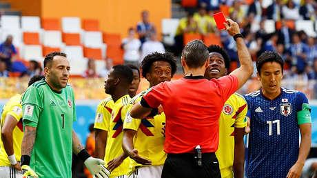 El árbitro Carlos Damir Skomina expulsa a Sánchez, en el partido contra Japón, 19 de junio de 2018.