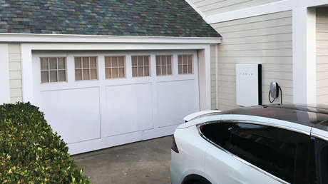 Coche electrónico de Tesla con el panel solar Powerwall y el techo solar en una presentación en California, el 28 de octubre de 2016.
