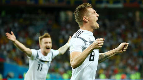 Toni Kroos celebra tras anotar el gol de la victoria para Alemania.