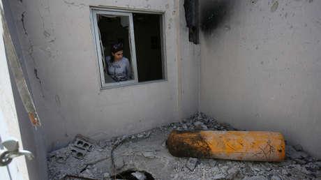 Una periodista visita una casa dañada en Duma, cerca de Damasco, Siria, el 23 de abril de 2018.