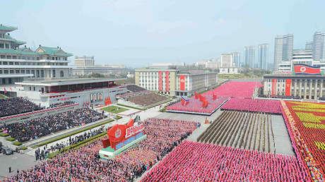 La marcha, en la plaza Kim Il-sung, en Pyongyan, el 16 de abril de 2017