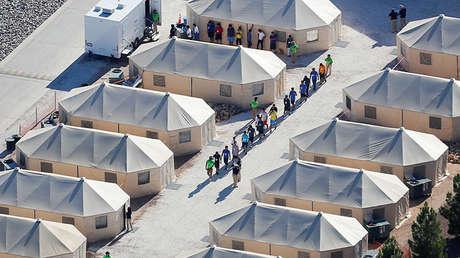 """Niños inmigrantes alojados en un campamento por la política de """"tolerancia cero"""" de la administración Trump."""