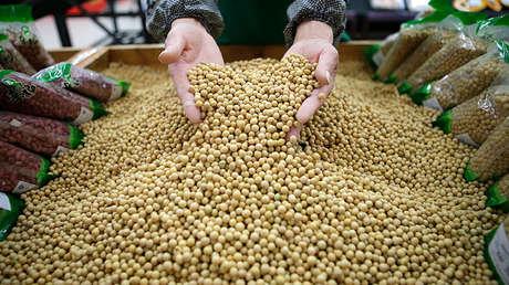 Un hombre revisa el estado de la soja en un supermercado de China.