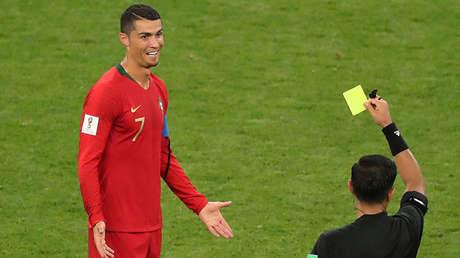 Cristiano Ronaldo recibe una tarjeta amarilla del árbitro Enrique Cáceres en el Mordovia Arena, en Saransk (Rusia), el 25 de junio de 2018.