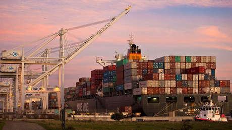 El YM Bamboo, un portacontenedores operado por China Ocean Shipping Company (COSCO), atracado en el Puerto de Oakland, California.