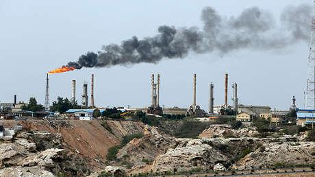 Instalación petrolera en la isleta de Charag (Irán).