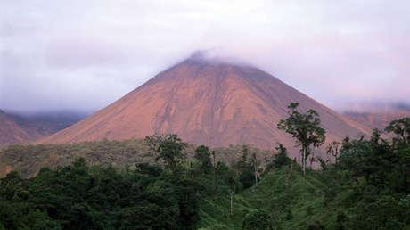 Panorámica del Volcán Reventador en Ecuador.