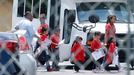 Niños migrantes bajan de un autobús en Florida. 21 de junio de 2018.