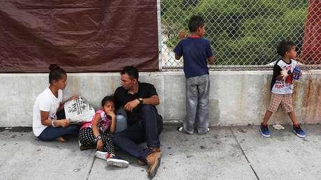 Una familia hondureña espera del lado mexicano luego de que le negaran la entrada en EE.UU. Junio, 2018.