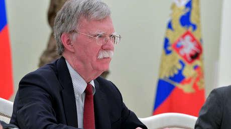 John Bolton durante una reunión con el presidente ruso Vladimir Putin en el Kremlin.