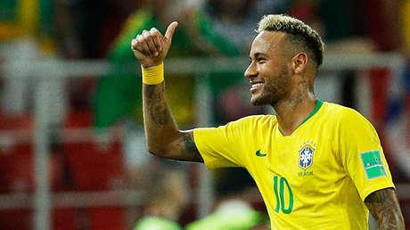 Neymar hace un gesto victorioso tras la victoria de su equipo ante Serbia.
