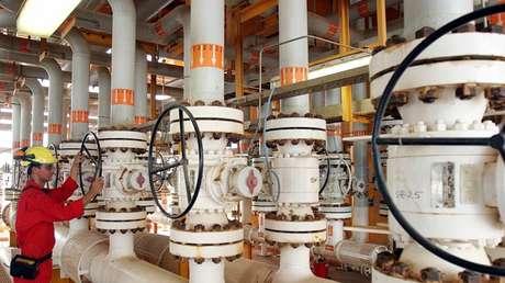 Una plataforma de producción de petróleo en el golfo Pérsico, al sur de la capital iraní, Teherán, el 25 de julio de 2005.