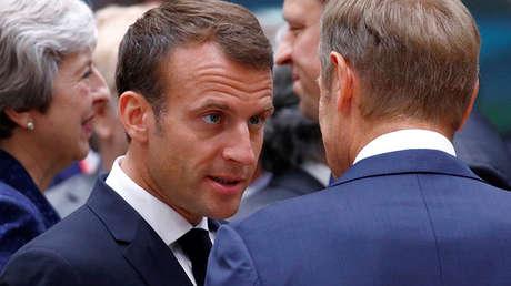 El presidente francés, Emmanuel Macron, junto al presidente del Consejo Europeo, Donald Tusk, en la cumbre de la Unión Europea en Bruselas, Bélgica, el 28 de junio de 2018.