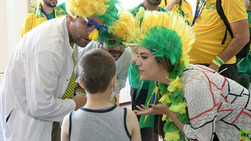 VIDEO: Hinchas brasileños llevan el espíritu del Mundial a un hospital infantil en Rusia