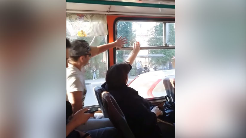 VIDEO: ¿Ventanilla abierta o cerrada? Dos pasajeros luchan sin tregua para vencer
