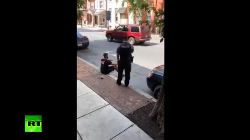 FUERTE VIDEO: Un policía de EE.UU. usa un táser contra una persona sentada