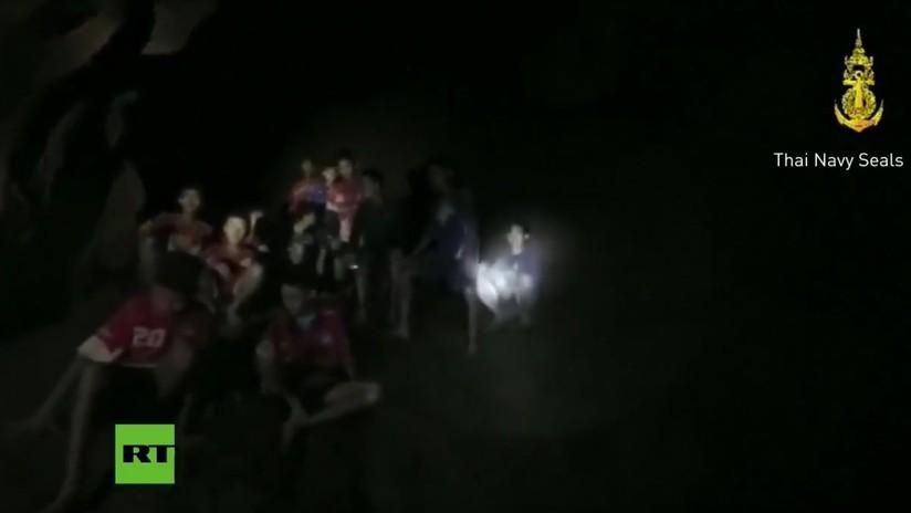 PRIMERAS IMÁGENES: El momento en que hallan con vida a los niños perdidos en una cueva en Tailandia