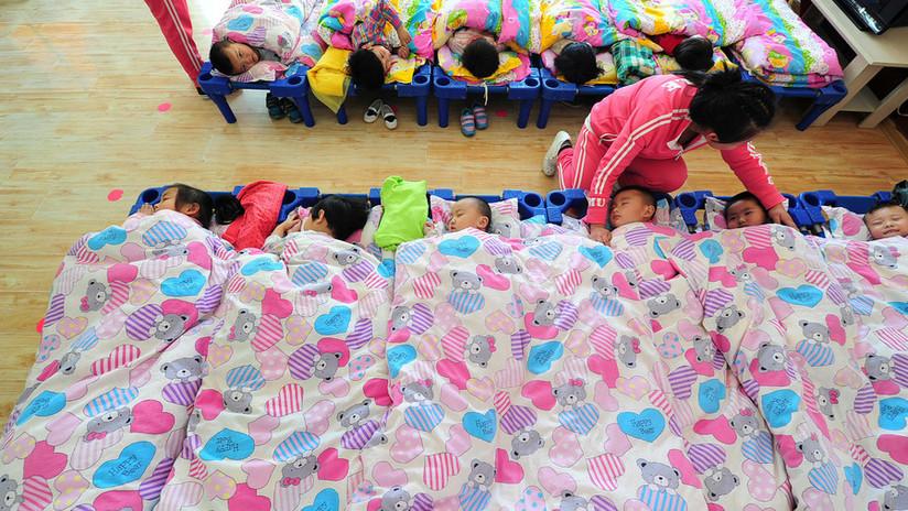 Detienen a dos maestras chinas que pincharon a niños con sujetapapeles por negarse a dormir (VIDEO)