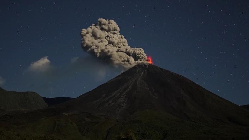Una lluvia de ceniza del volcán Reventador cae en provincias andinas y amazónicas de Ecuador