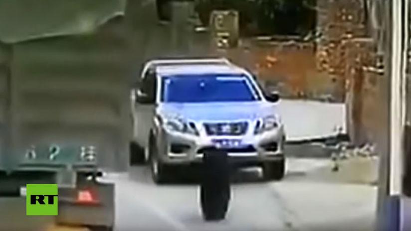 VIDEO: ¡Se salva de milagro! Dos neumáticos de camión destrozan un auto con el conductor dentro
