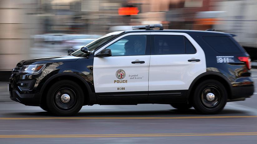 VIDEO: Cinco policías apuntan con sus pistolas a una mujer desarmada en California