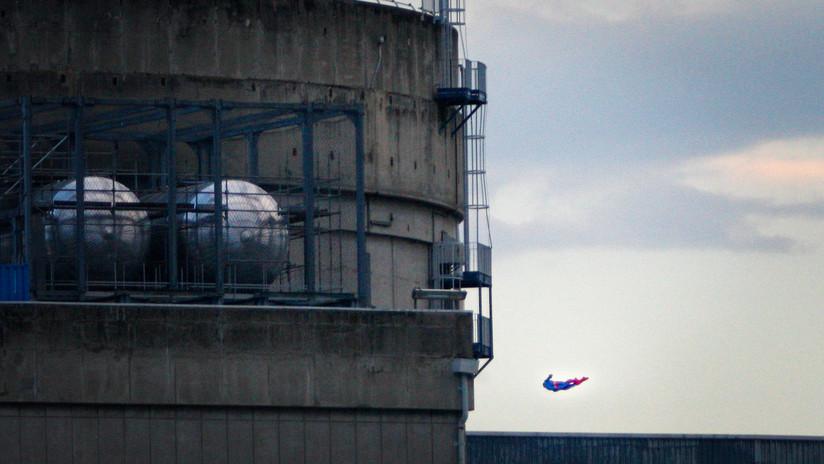 ¿Superman kamikaze?: Greenpeace estrella dron con forma de superhéroe contra planta nuclear francesa